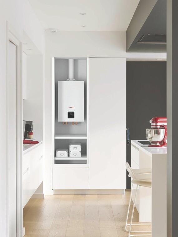 Kompaktný plynový kotol Puma Condens v skrinke v kuchyni